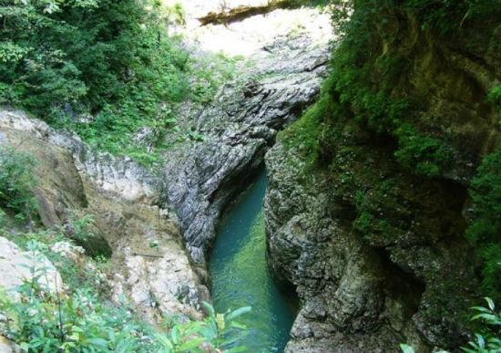 Гуамское ущелье – живописный каньон в плену высоких скал